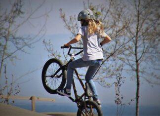 czy można jeździć rowerem po chodniku